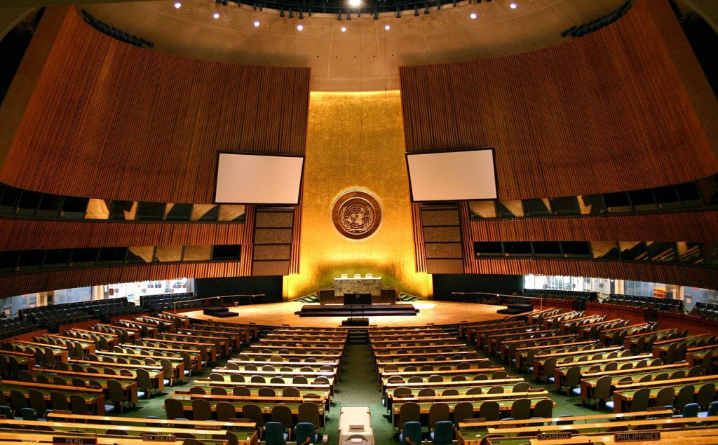 """""""UN General Assembly hall"""" by Patrick Gruban, cropped and downsampled by Pine - originally posted to Flickr as UN General Assembly. Licensed under CC BY-SA 2.0 via Wikimedia Commons."""